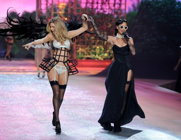 Rihanna, Doutzen Kroes - 2012 Victoria's Secret Fashion Show - Performance