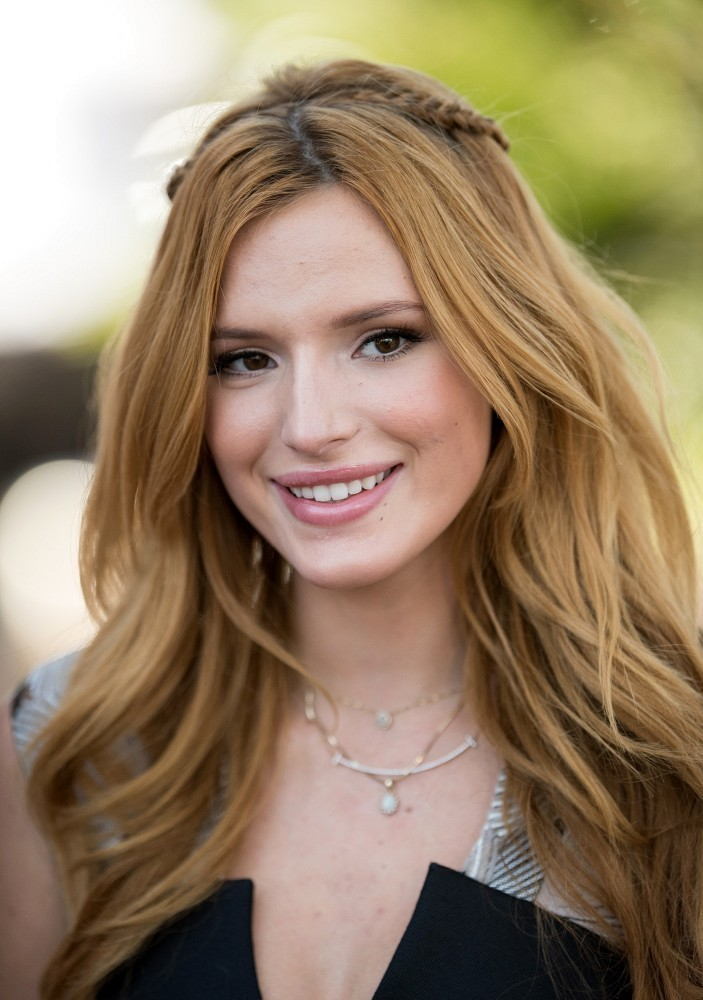 Bella Thorne Visits the 'Extra' Set