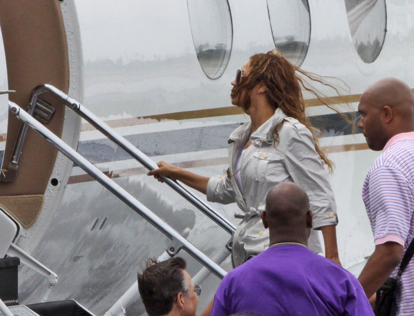 Jet Privato Beyonce : Beyonce knowles photos boards a private