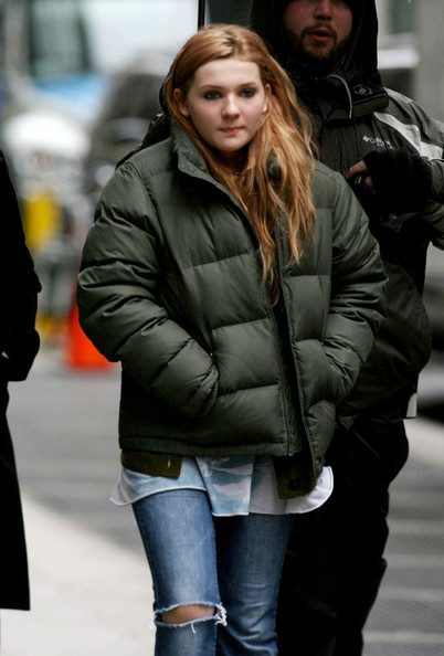 "Abigail Breslin and Sarah Jessica Parker arrive to film scenes for the Garry Marshall celebrity-filled film ""New Year's Eve""."