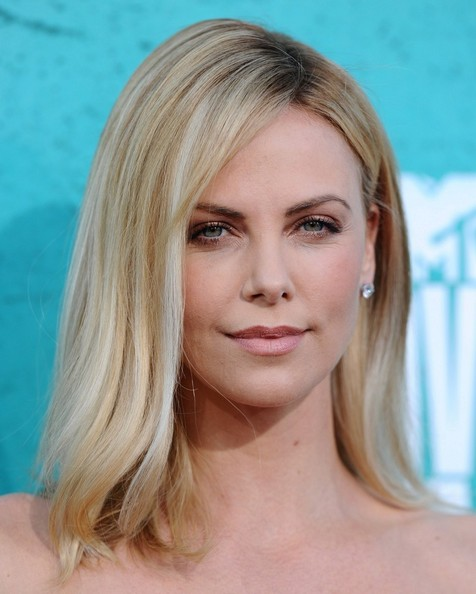 http://www2.pictures.zimbio.com/bg/Charlize+Theron+MTV+Movie+Awards+2012+Arrivals+1-menAisYpjl.jpg