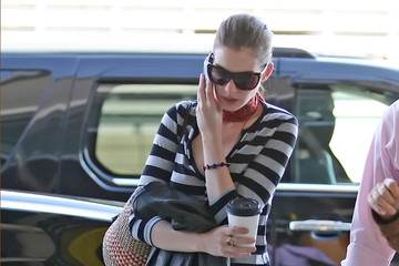 Anne Hathaway Chatty Celebs on their Cell 2008