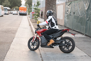 Don Cheadle Don Cheadle Rides an Electric Motorcycle