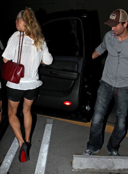 anna kournikova and enrique iglesias make out. Enrique Iglesias and Anna Kournikova go out for dinner only to come back to a parking. Anna Kournikova and Enrique Iglesias Go to Dinner