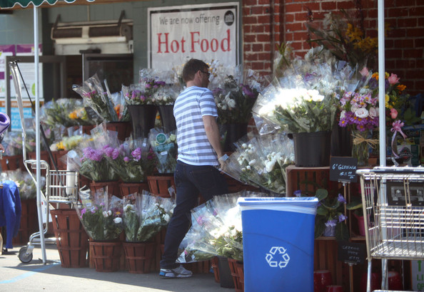 Gary Barlow part du Wholefoods Market 10/05/2010 Gary+Barlow+is+a+Flower+Man+Sd66TFVhylXl
