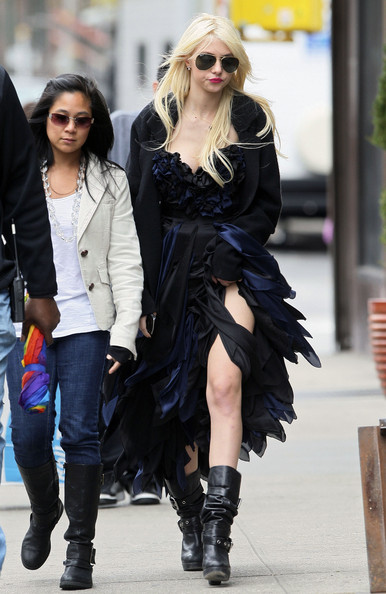 Taylor Momsen Hit television show 'Gossip Girl' continues filming scenes for an upcoming episode in Manhattan.