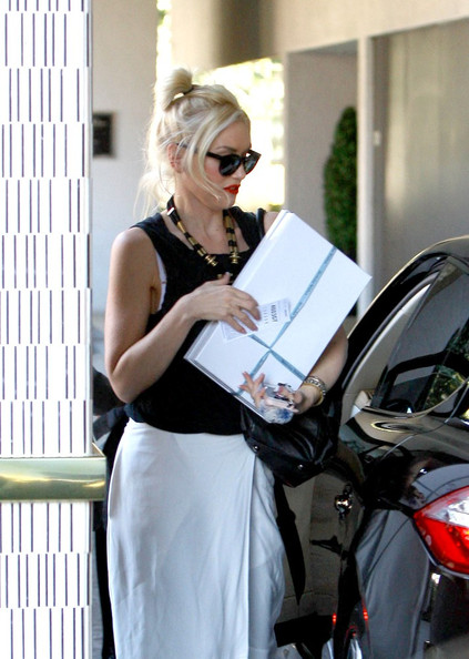 Gwen Stefani arrives at The London West Hollywood hotel with a gift box in her hands,.