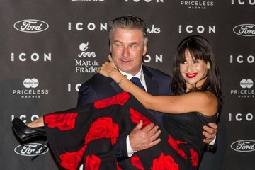 Hilaria Baldwin Alec Baldwin Picks Up His Wife