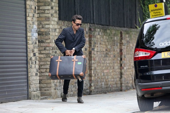 Jamie Hince wears a wedding band on his left ring finger as he leaves Kate