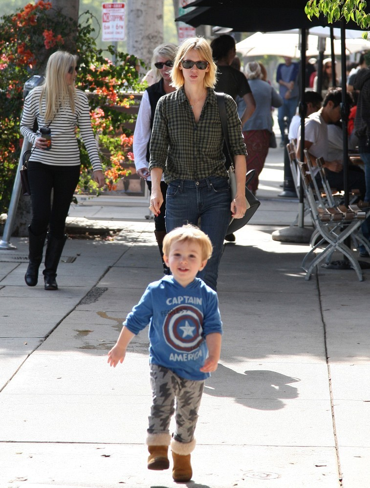 January Jones and Son Out for Lunch 3 of 24 - Zimbio January Jones Son Images