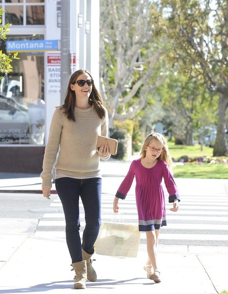 Jennifer Garner - Jennifer Garner Out with Her Kids