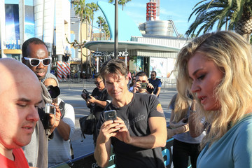 Jerry O'Connell Rebecca Romijn and Jerry O'Connell Filming EXTRA at Universal Citywalk