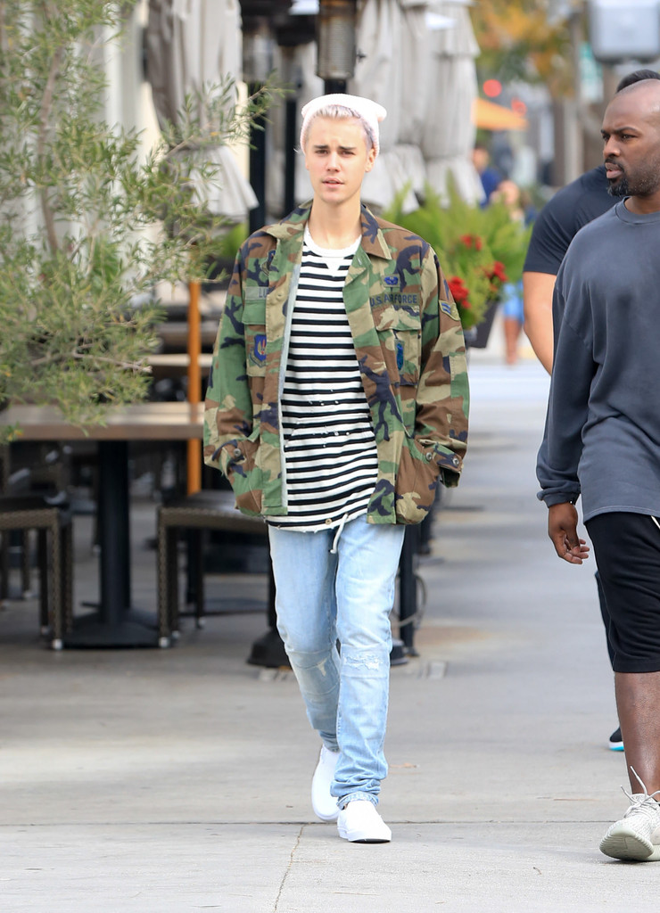 Justin Bieber Photos Photos - Justin Bieber Out in Beverly Hills - Zimbio