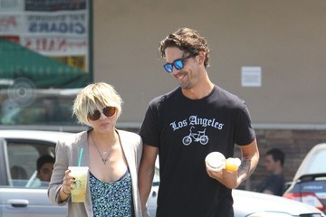 Kaley Cuoco Kaley Cuoco and Ryan Sweeting Get Strabucks