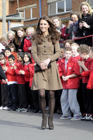 http://www2.pictures.zimbio.com/bg/Kate+smiles+Rose+Hill+Primary+School+visit+w4um8sBs0b7l.jpg