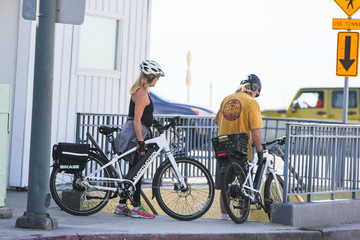 Kurt Russell Goldie Hawn Kurt Russell And Goldie Hawn Ride Bikes In L.A.