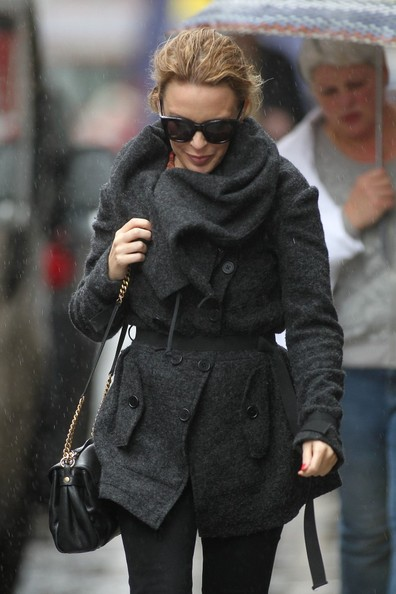 Kylie photos > candids, shoots, eventos... - Página 11 Kylie+Minogue+Kylie+Minogue+Gets+Caught+Rain+Bbg3mE9-YAFl