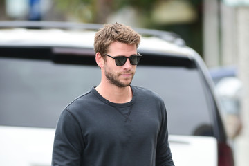 Liam Hemsworth Liam Hemsworth Grabs Coffee In Sunglasses