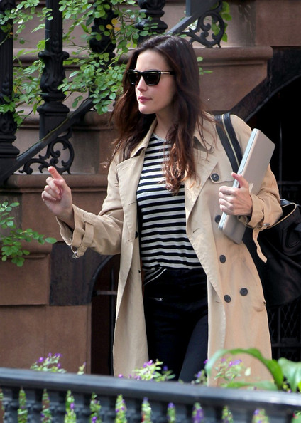 Liv Tyler Liv Tyler is dressed for fall as she leaves her apartment toting her laptop.