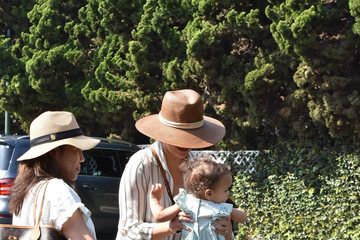 Luna Stephens Chrissy Teigen Goes Grocery Shopping With Baby Luna