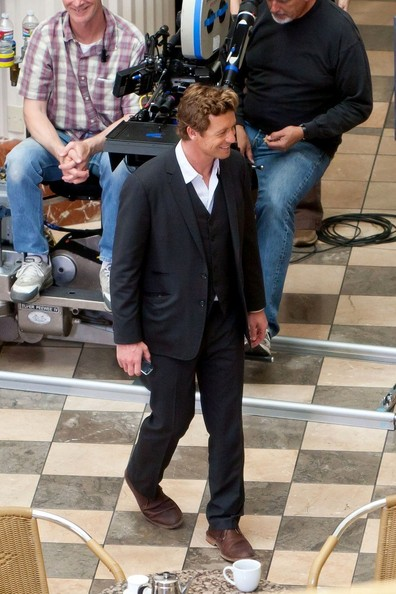 .Simon  Baker on location in the Burbank Town Center. Simon jokes with crew members as they shoot the season 3 finale for the CBS television series The Mentalist.