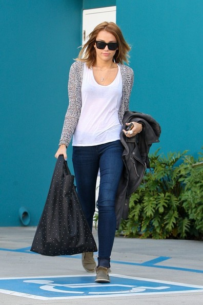 Miley Cyrus - Miley Cyrus Leaves Pilates Class