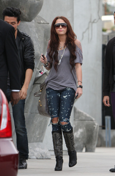 Singer Miley Cyrus wears trendy ripped jeans and a revealing shirt as she shops at Maxfields.