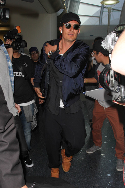 http://www2.pictures.zimbio.com/bg/Orlando+Bloom+Orlando+Bloom+Arrives+LAX+AFxIqSodWJLl.jpg