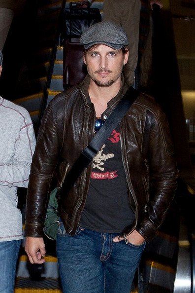 Peter Facinelli Peter Facinelli arrives at LAX (Los Angeles International Airport) and flashes the peace sign.