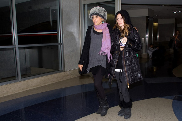 http://www2.pictures.zimbio.com/bg/Rachel+bundled+up+L9HtvuWv37Wl.jpg