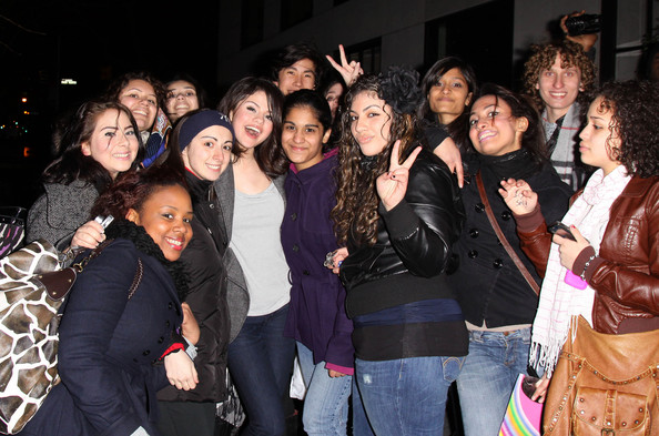 http://www2.pictures.zimbio.com/bg/Selena+poses+with+her+fans+187PQZjYc3dl.jpg