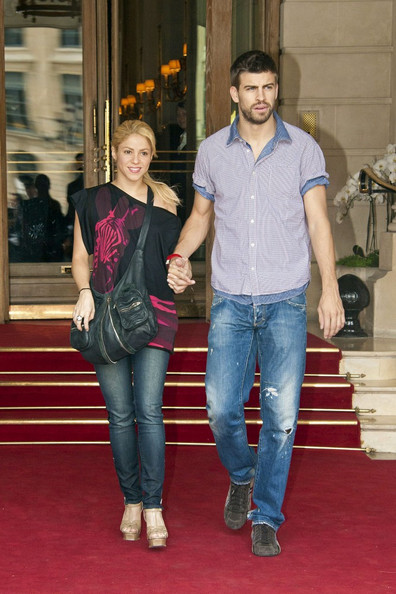 Cross Body Hobo Bag Overwhelms Shakira S Sidewalk Style In