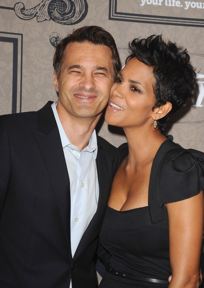 Halle Berry Photos Photos - Valentine Kisses 2013 - Zimbio