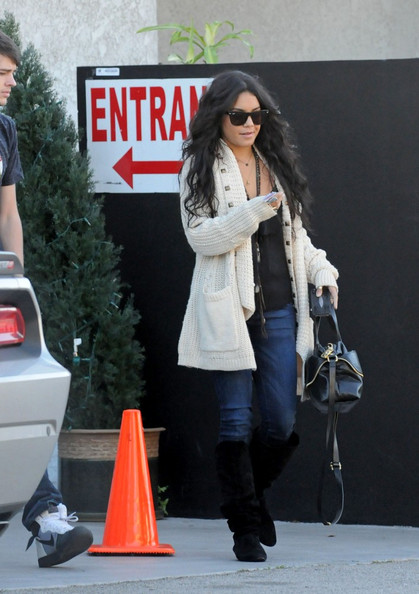 Vanessa Hudgens Vanessa Hudgens grabs lunch at The Studio Cafe with a couple friends.