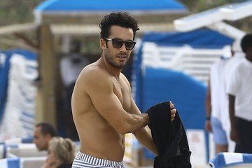 Aaron Diaz Aaron Diaz and Lola Ponce Enjoy a Day on the Beach in Miami