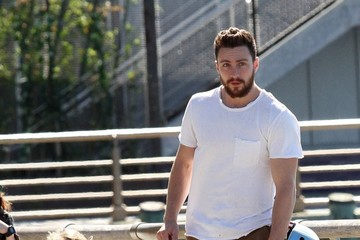 Aaron Taylor-Johnson Aaron Taylor-Johnson Goes Skateboarding With His Family