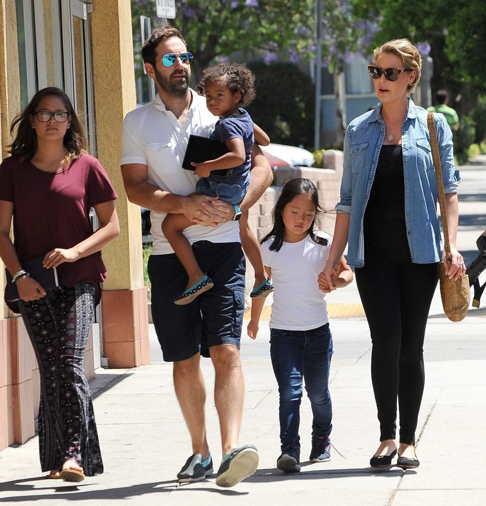nancy leigh kelley and adalaide kelley photos photos actress katherine heigl shops with family. Black Bedroom Furniture Sets. Home Design Ideas