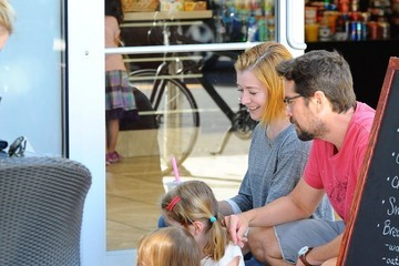 Alexis Denisof Alyson Hannigan Takes Her Family Out For A Snack