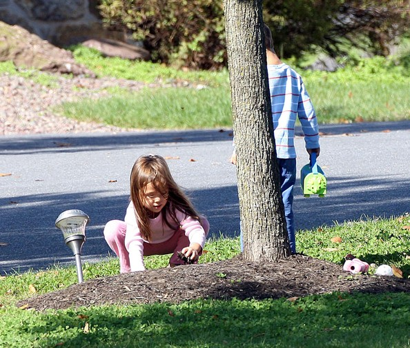 Gosselin Kids Playing In The Front Yard