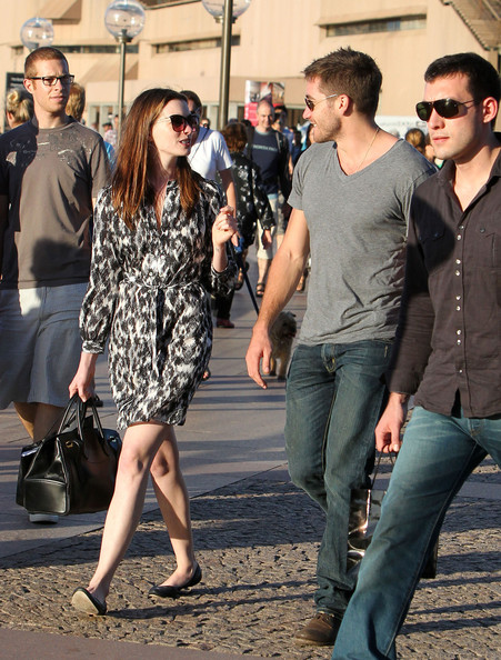 Anne Hathaway & Jake Gyllenhaal take a walk around the Sydney Opera House in