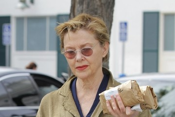 Annette Bening Annette Bening Stops for Wine and Sandwiches
