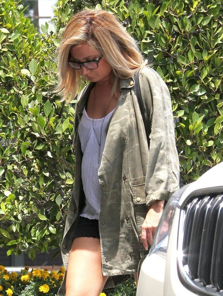 Ashley Tisdale[3] - Page 37 Ashley+Tisdale+Ashley+Tisdale+Stops+Nail+Salon+Fhro-wRQQatl
