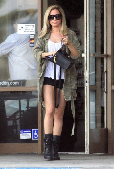 Ashley Tisdale[3] - Page 37 Ashley+Tisdale+Ashley+Tisdale+Stops+Nail+Salon+bfIbRWjlYgll