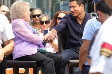 Betty White Celebs Drop by 'Extra'