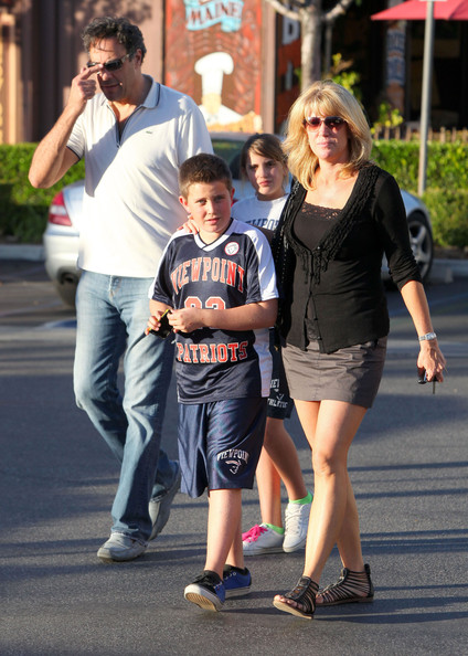 Brad Garrett - Brad Garrett And Family At The Calabasas Commons MallBrad Garrett Family