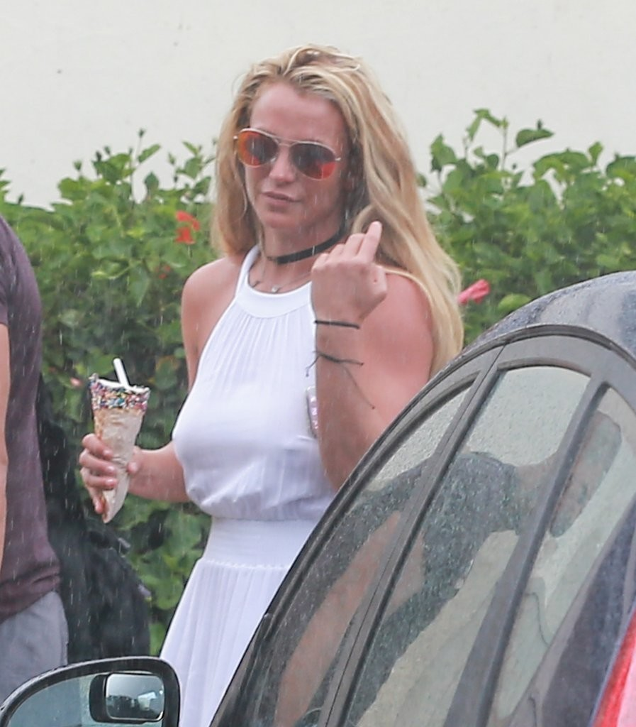 Britney Spears Seen Enjoying the Rain in Hawaii 08/07/2016