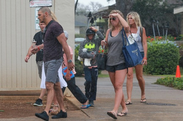 Britney Spears and Her Family Enjoy the Rain While Eating Ice Cream in Hawaii