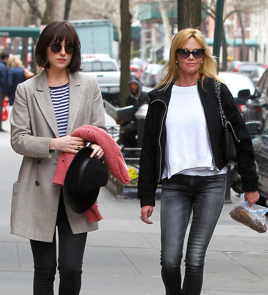 Melanie Griffith Dakota Johnson Melanie Griffith Photos Dakota Johnson Shows Off Her New Hairstyle Zimbio