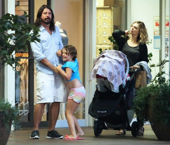 Dave Grohl Takes His Family to Dinner