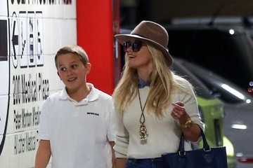 Deacon Phillippe Reese Witherspoon Visits a Medical Building with Her Son Deacon